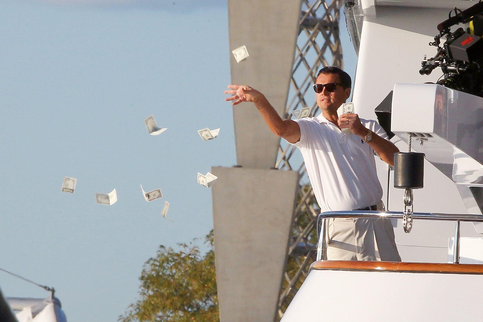 Leonardo Dicaprio jetant des billets par dessus bord