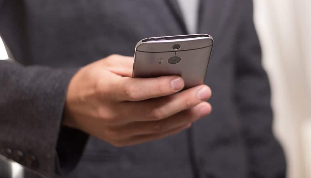 Homme tient son téléphone