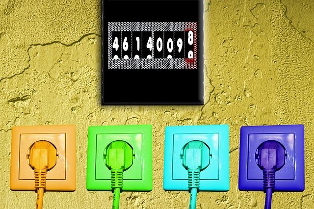 Prises de courant sur un mur avec compteur électrique