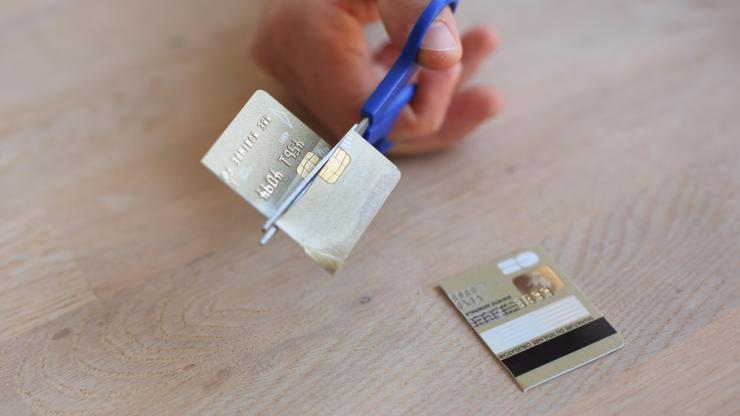 Détruire sa carte bancaire après résiliation
