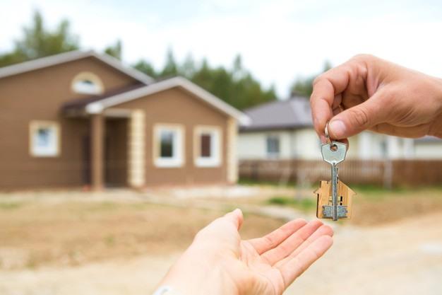 main-cle-porte-cles-bois-construction-projet-demenagement-dans-nouvelle-maison-hypotheque-location-achat-biens-immobiliers-pour-ouvrir-porte-copier-espace_292419-228