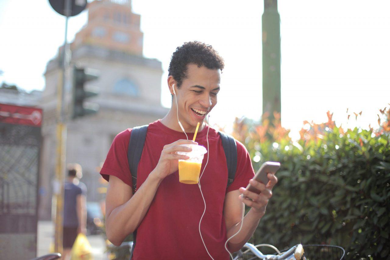 homme heureux rire smartphone