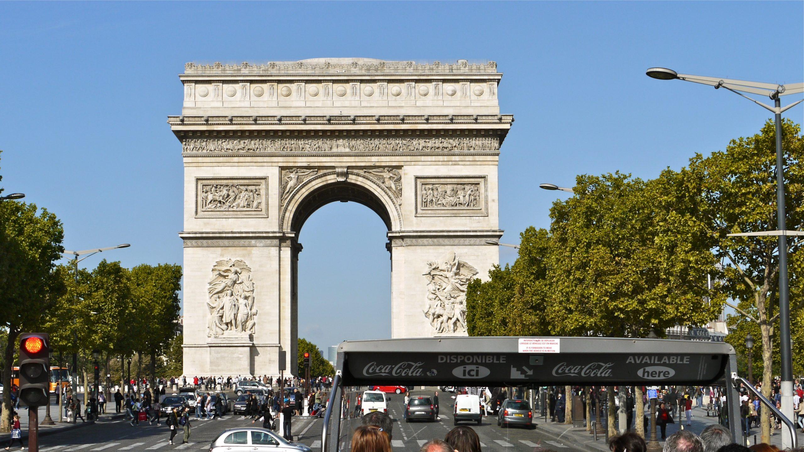 P1080957 France Paris lavenue des Champs Elysees et lArc de Triomphe vus dun bus de lOpen Tour 5629172551 scaled